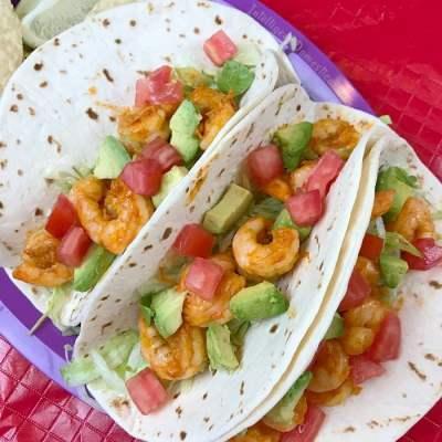 Easy Shrimp Tacos Recipe. How to make Shrimp Tacos. Mexican weeknight dinner idea. What to serve for Taco Tuesday. Fiesta recipe. Cinco de mayo food. #fiesta #cincodemayo #tacotuesday