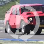ランボルギーニLM002がスーパーカーに囲まれサーキット走行。カウンタックのエンジンはダテじゃない