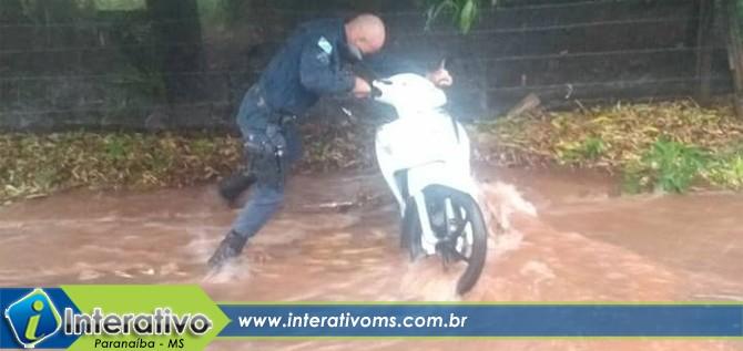PM evita moto de ser levada por enxurrada nas proximidades do Patronato em Paranaíba