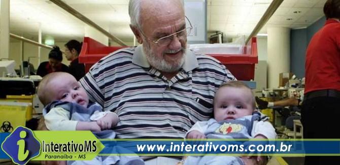 O 'homem do braço de ouro', que se aposentou após salvar 2,4 milhões de bebês com doações de sangue