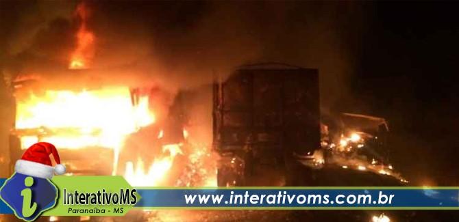 Incêndio destrói três carretas após colisão em rodovia