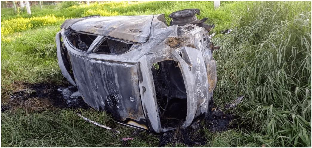 Carro fica destruído depois de capotar e pegar fogo