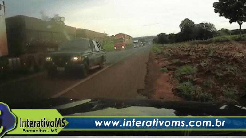 Motorista tenta ultrapassagem em local proibido e tira outro veículo da pista na BR-158