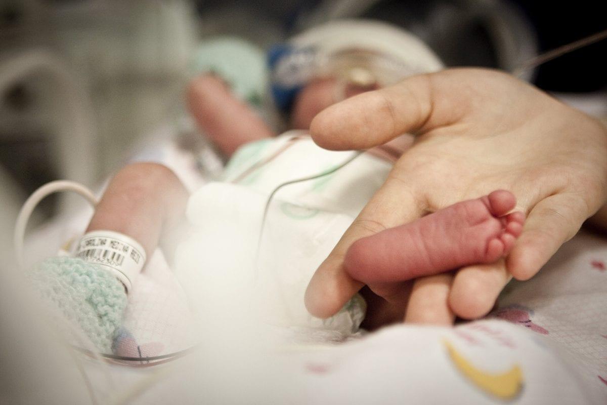 Mãe é detida após espancar bebê de 9 meses com pedaço de madeira