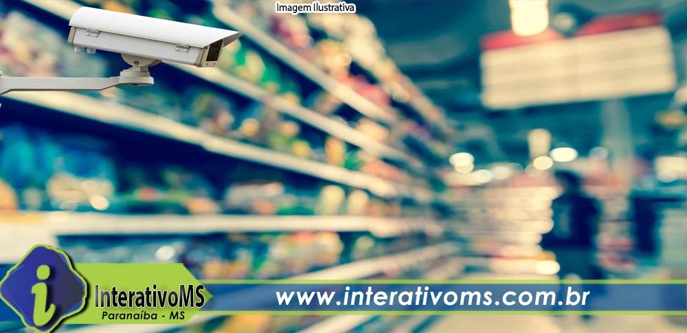 Câmeras de segurança flagram mulher tentando furtar supermercado em Paranaíba