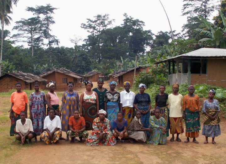A group of Women from the Fabe village, threatened by oil palm