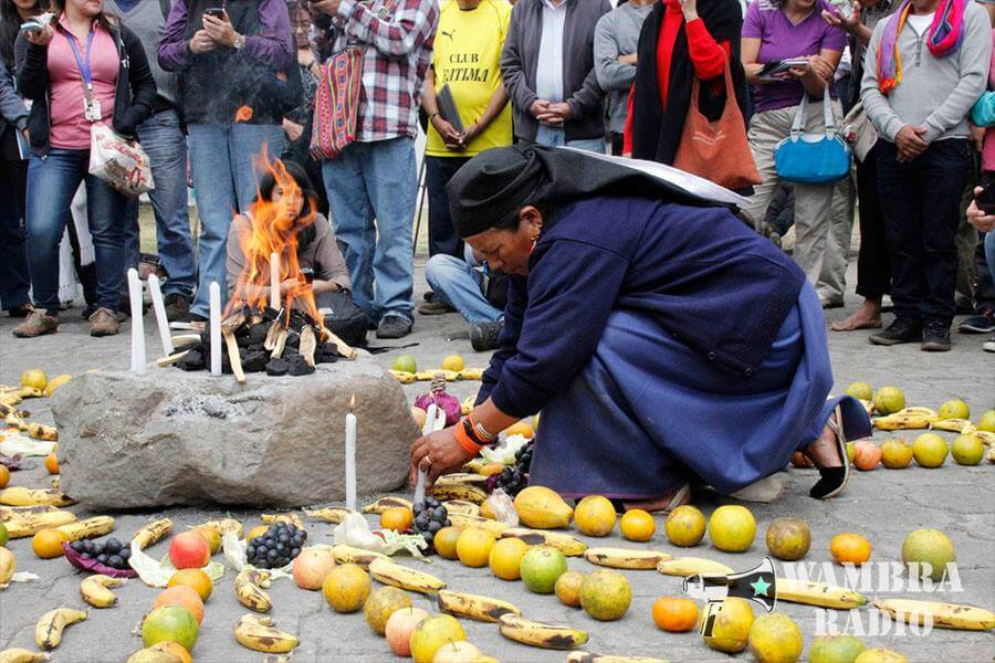 In the Parque del Arbolito in Quito, a woman performs a ceremony for the indigenous who have been detained. (Photo: Wambra Radio)