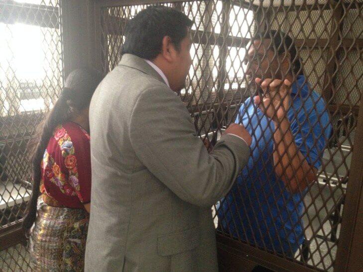 Juan Castro habla con Rigoberto Juarez antes de una audiencia.