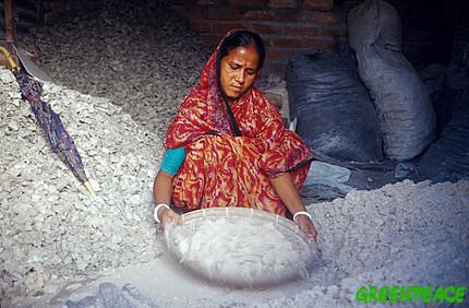 woman-filtering-asbestos-into