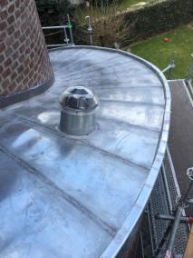 gebogen dak met lichttunnels