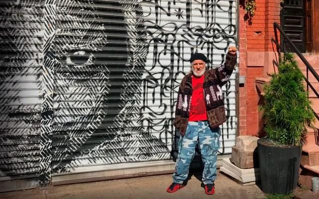 El activista posa junto a uno de los murales del Bronx.