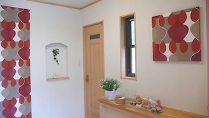タペストリーとパネルで彩る北欧テイストの玄関