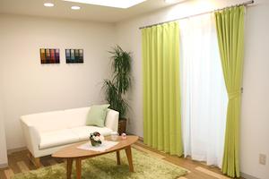 緑色のカーテンの部屋