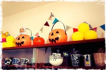 全体的にハロウィンの飾り付けをしたリビング