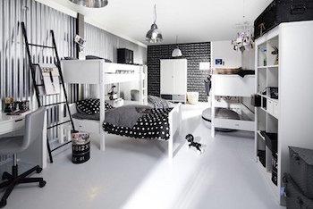 白の家具で揃えたモノトーンインテリアの画像