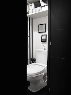 モノトーンなトイレ収納の画像