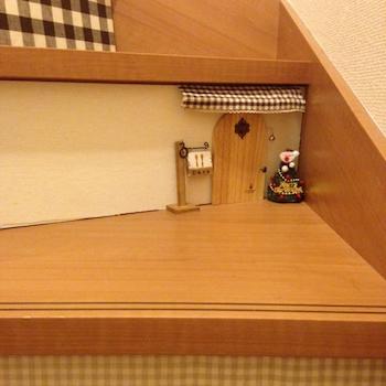 小物が可愛くて楽しい階段のインテリア実例