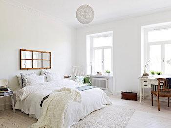 ホワイトインテリアのおしゃれな寝室のインテリアのコーディネート画像