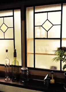 窓収納とマスキングテープでおしゃれにした窓の飾り方