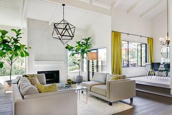 観葉植物を左右対称に飾った広々としたお部屋の画像