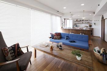ブルーのソファがおしゃれなカフェ風のリビングレイアウト画像