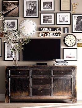 テレビ周りの壁をおしゃれにディスプレイした画像