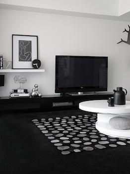 モノトーンインテリアのテレビ周りの画像