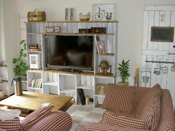 DIYでテレビ台をさらにおしゃれで実用的にしたリビングの画像