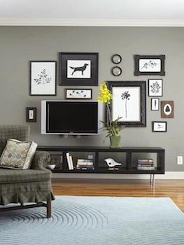 壁掛けでおしゃれにディスプレイしたテレビの画像