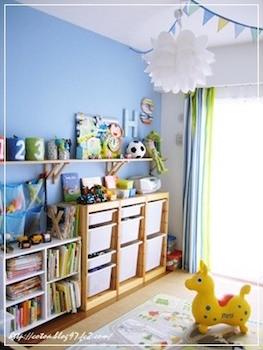 ブルーの壁紙で男の子の子供部屋をおしゃれにした画像