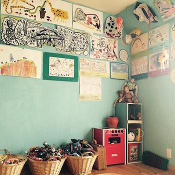 男の子の子供部屋を作品スペースにしたおしゃれな画像
