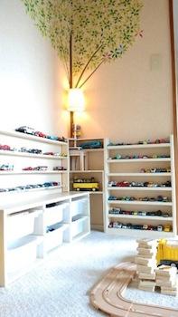 男の子が大好きなミニカーをおしゃれに飾れる子供部屋の画像