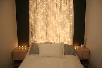 光のカーテンのようなおしゃれなイルミネーションのインテリアの部屋の実例