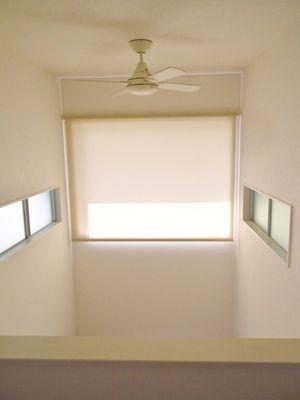 吹き抜け 高窓にロールスクリーン設置工事