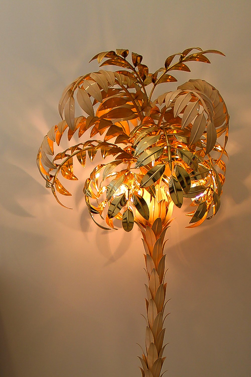 Hollywood Regency palm tree lamp /// More on Interiorator.com