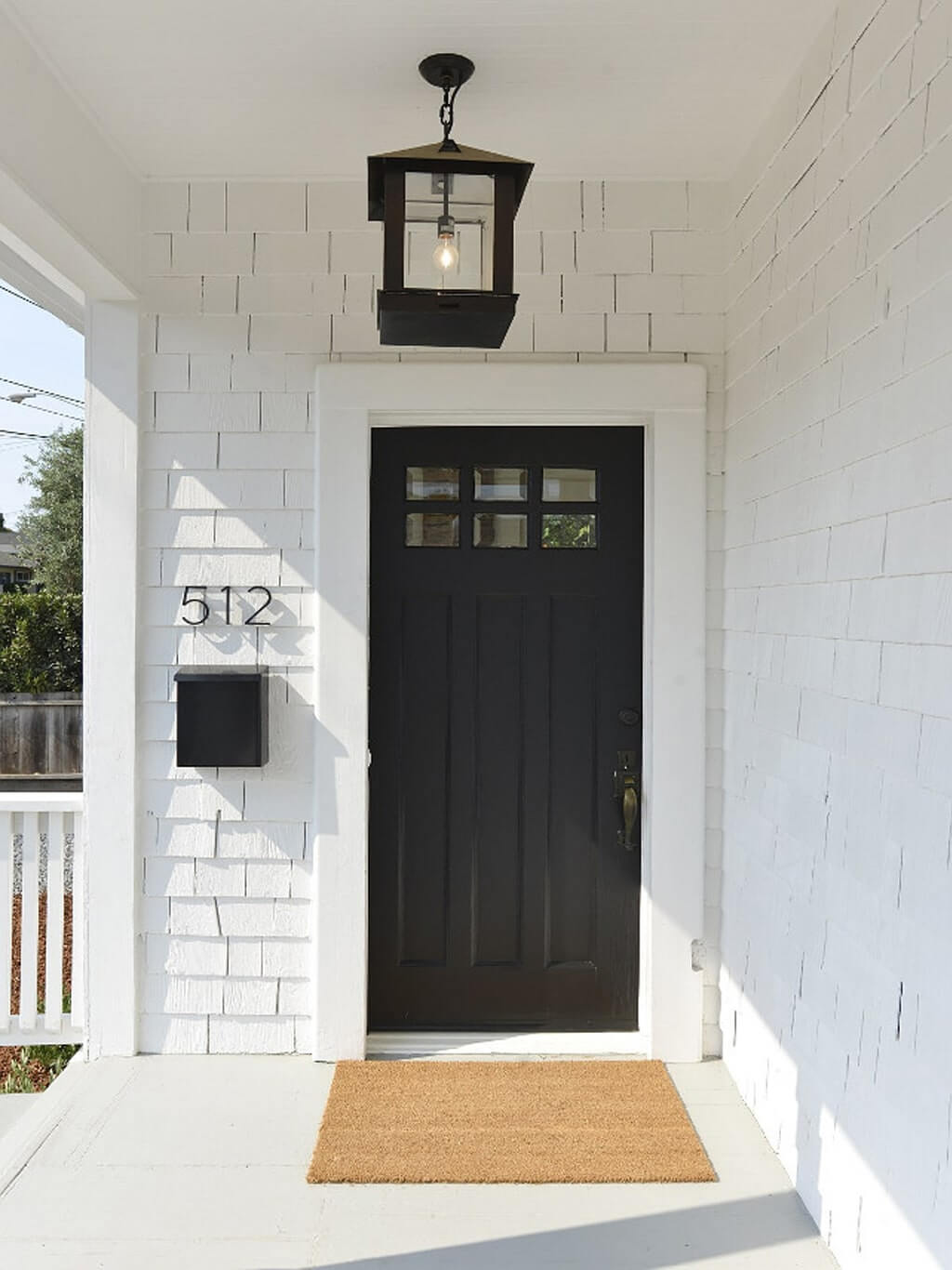 pintu depan berwarna hitam yang dipercaya membawa kesialan
