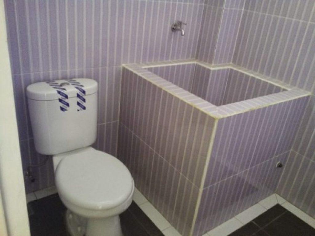desain kamar mandi kecil sederhana