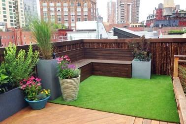 desain balkon dengan tanaman; rumput sintetis
