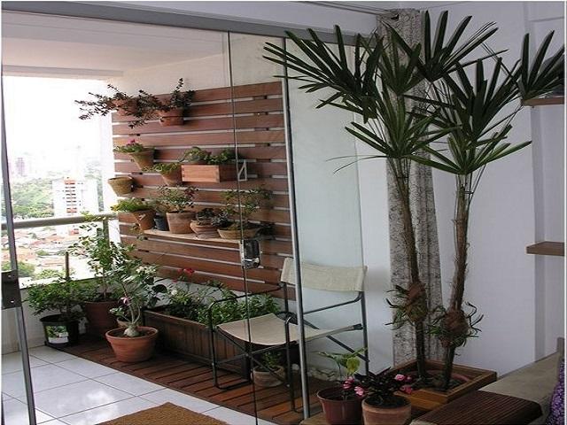 Desain balkon dengan tanaman; rak sebagai media pot tanaman