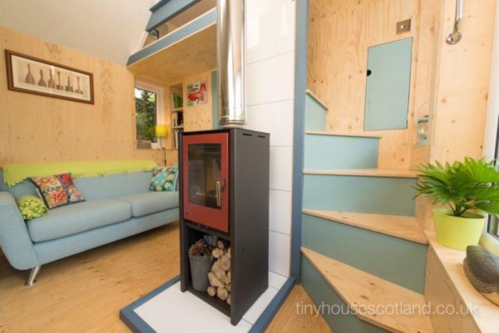 Desain rumah kecil yang fungsional; desain ruang keluarga dan tangga