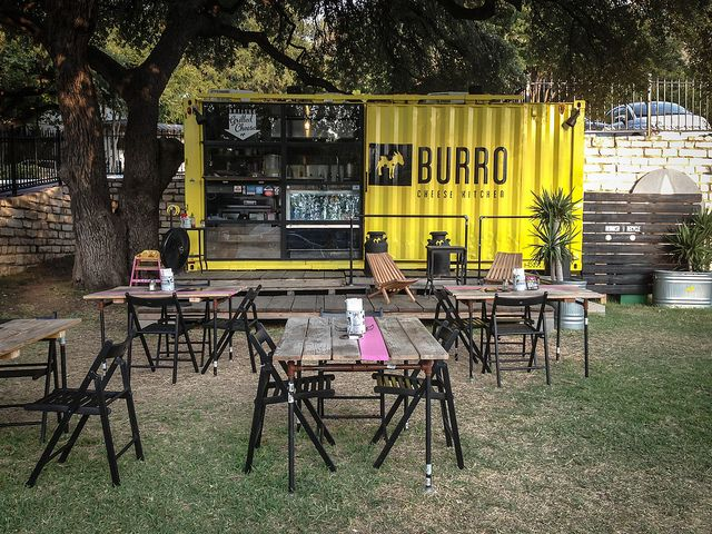 Desain kafe kontainer, kombinasi rancangan outdoor yang ramah pengunjung