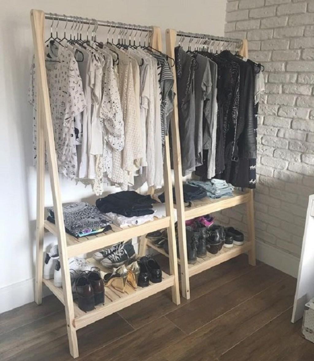 mini wardrobe; walk in closst mungil di sudut ruang kamar tidur
