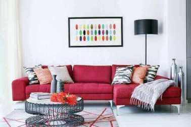 sofa merah di ruang tamu rumah minimalis