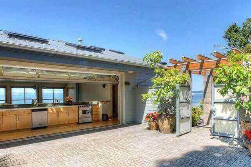 pintu garasi digunakan sebagai sebuah tembok dalam sebuah rumah coastal