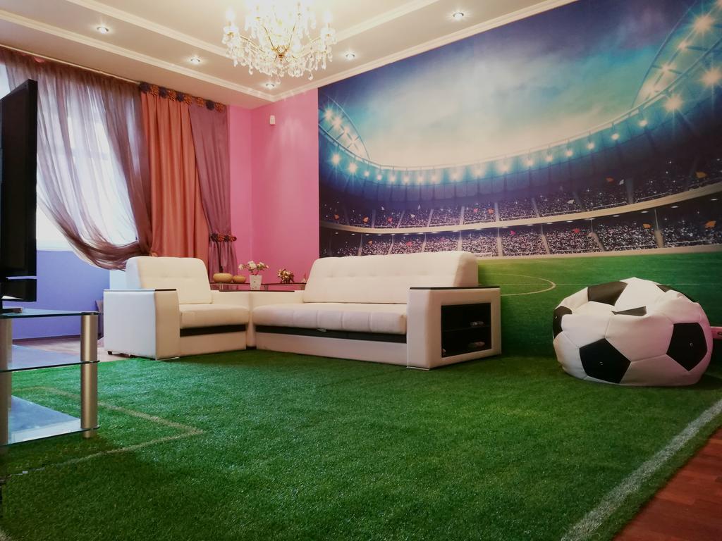 Desain interior ruang keluarga dengan konsep modern natural dan ditambah dekorasi rumput sintetis
