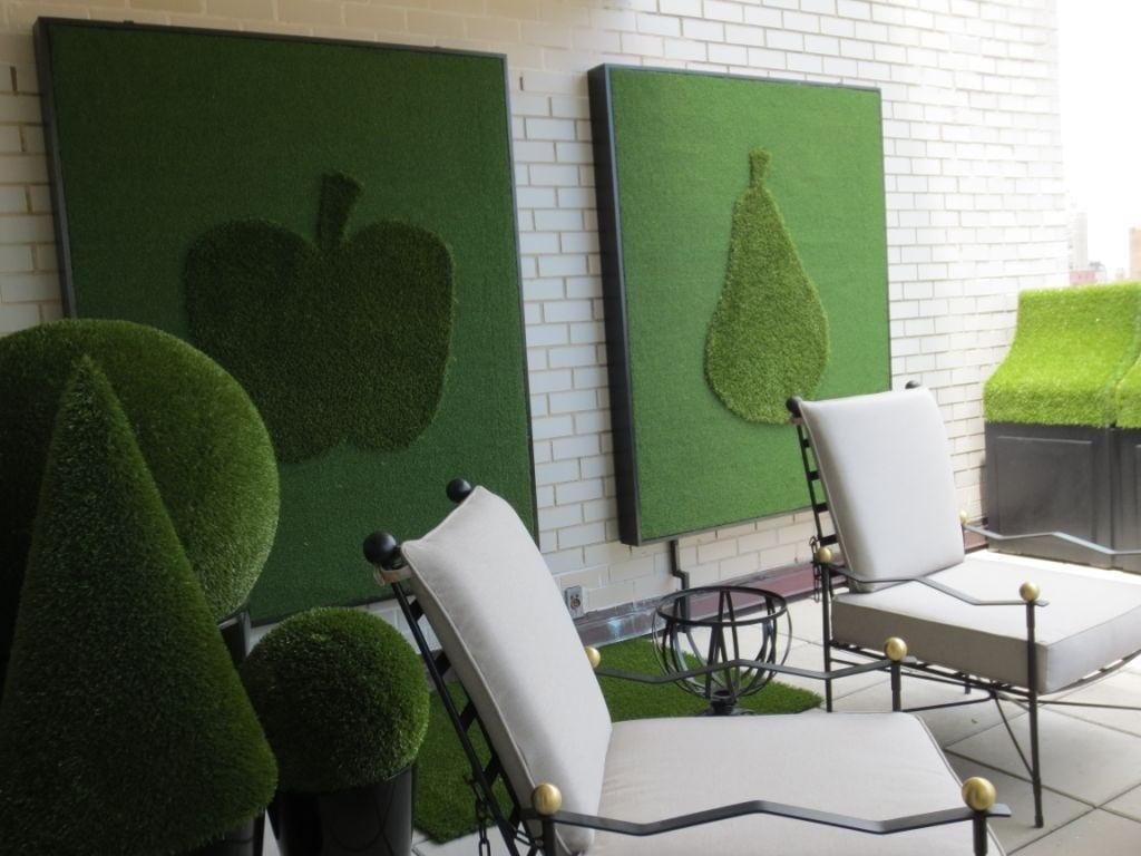 Interior ruang tamu dengan konsep modern natural dan dekorasi rumput sintetis