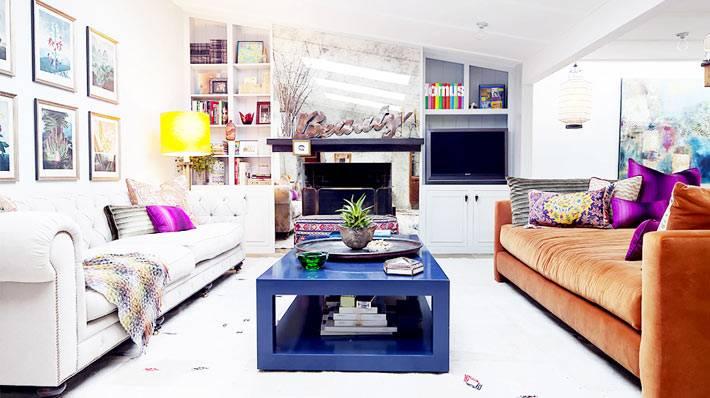 разноцветные диваны в интерьере гостиной комнаты