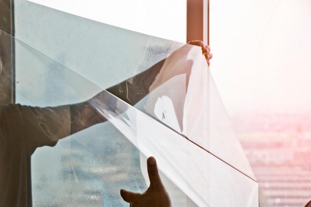 hoe-je-jouw-huis-kunt-beschermen-tegen-uv-stralen/ Raamfolie aanbrengen? Onze tips voor een bubbelvrij resultaat interiorqueen.nl woonblog