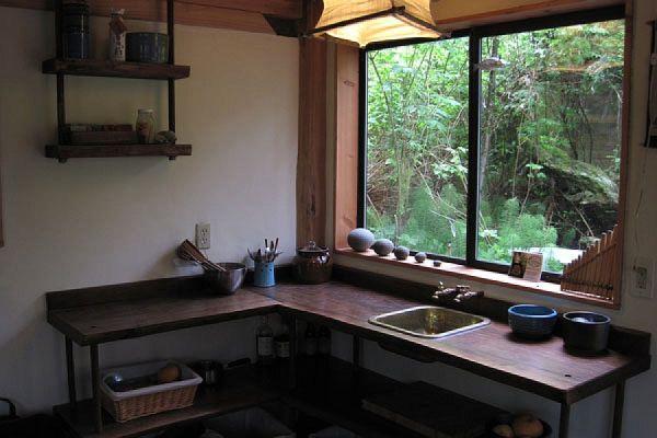 Mažos miško kotedžų virtuvė, esanti Japonijoje