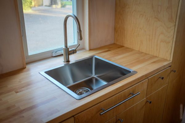 Virtuvė iš nedidelės kotedžo ant ratų